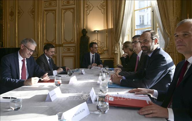 Thủ tướng Pháp Edouard Philippe (thứ 2 phải) tại cuộc họp ở Paris, Pháp. Ảnh: TTXVN phát