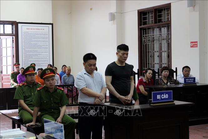 Bị cáo Phàng A Nhà và Nguyễn Văn Vẻ tại phiên tòa.