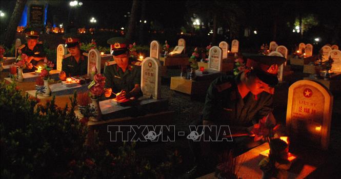 Hơn 800 đoàn viên, thanh niên thắp nến tri ân tại trên 10.700 ngôi mộ ở Nghĩa trang Liệt sỹ Quốc gia Đường 9. Ảnh: Thanh Thủy/TTXVN