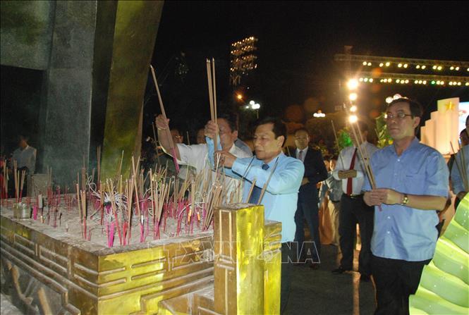 Đại diện lãnh đạo trung ương và địa phương đặt vòng hoa dâng hương tại khu khánh tiết của Nghĩa trang liệt sỹ Quốc gia Đường 9. Ảnh: Thanh Thủy/TTXVN