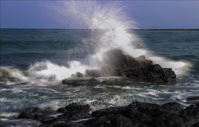 Những bãi đá lấn dài ra biển ở hai bên bãi tắm Cửa Tùng.