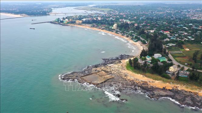 Toàn cảnh bãi tắm Cửa Tùng; phía xa xa là cầu Cửa Tùng bắc qua sông Hiền Lương đoạn đổ ra biển, nối liến các xã ven biển huyện Gio Linh với huyện Vĩnh Linh.