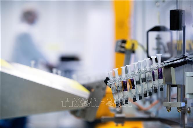 Nghiên cứu vaccine phòng COVID-19 tại trung tâm phân phối của tập đoàn dược phẩm Sanofi ở Val de Reuil, Pháp, ngày 10.7.2020. Ảnh: AFP/TTXVN