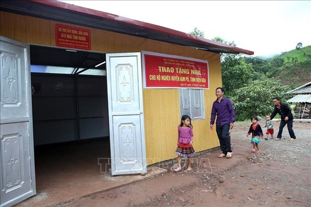 Gia đình anh Giàng A Chu, bản Nậm Thà Là, xã Pa Tần đón nhận ngôi nhà mới. Ảnh: Phan Tuấn Anh/TTXVN