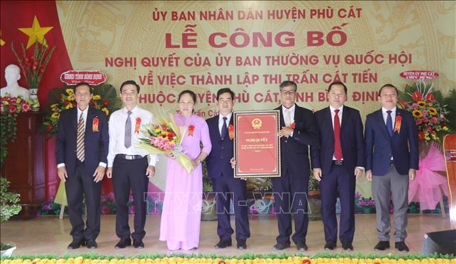 Đại diện Đảng bộ, UBND xã Cát Tiến nhận Nghị quyết của Ủy ban thường vụ Quốc hội về việc thành lập thị trấn Cát Tiến.