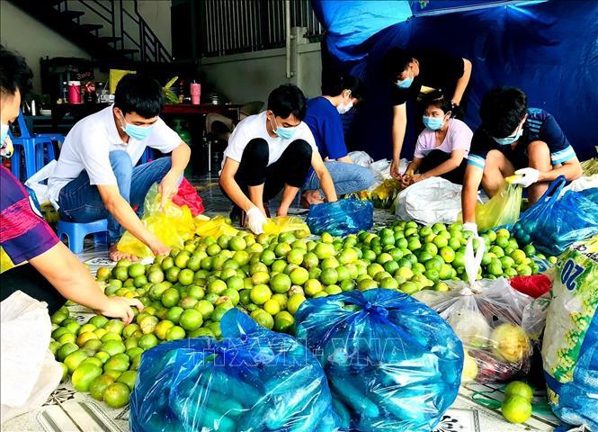 Chú thích ảnh Đoàn viên công an thành phố Cần Thơ hỗ trợ tiêu thụ nông sản cho người dân. Ảnh: Thu Hiền/TTXVN