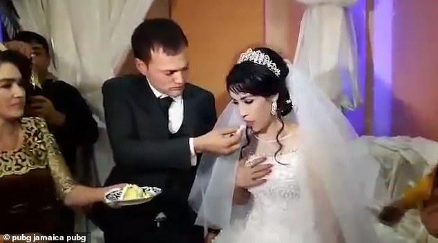 Chú rể tát cô dâu ngã nhào tại lễ cưới, quan khách ngỡ ngàng