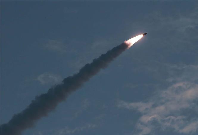 Loại vũ khí dẫn đường chiến thuật mới được Triều Tiên phóng thử nghiệm tại thị Wonson ngày 25/7. Ảnh: YONHAP/TTXVN