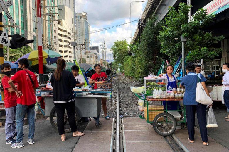 Người bán hàng rong 'lên ngôi', kiếm lời từ biểu tình Thái Lan