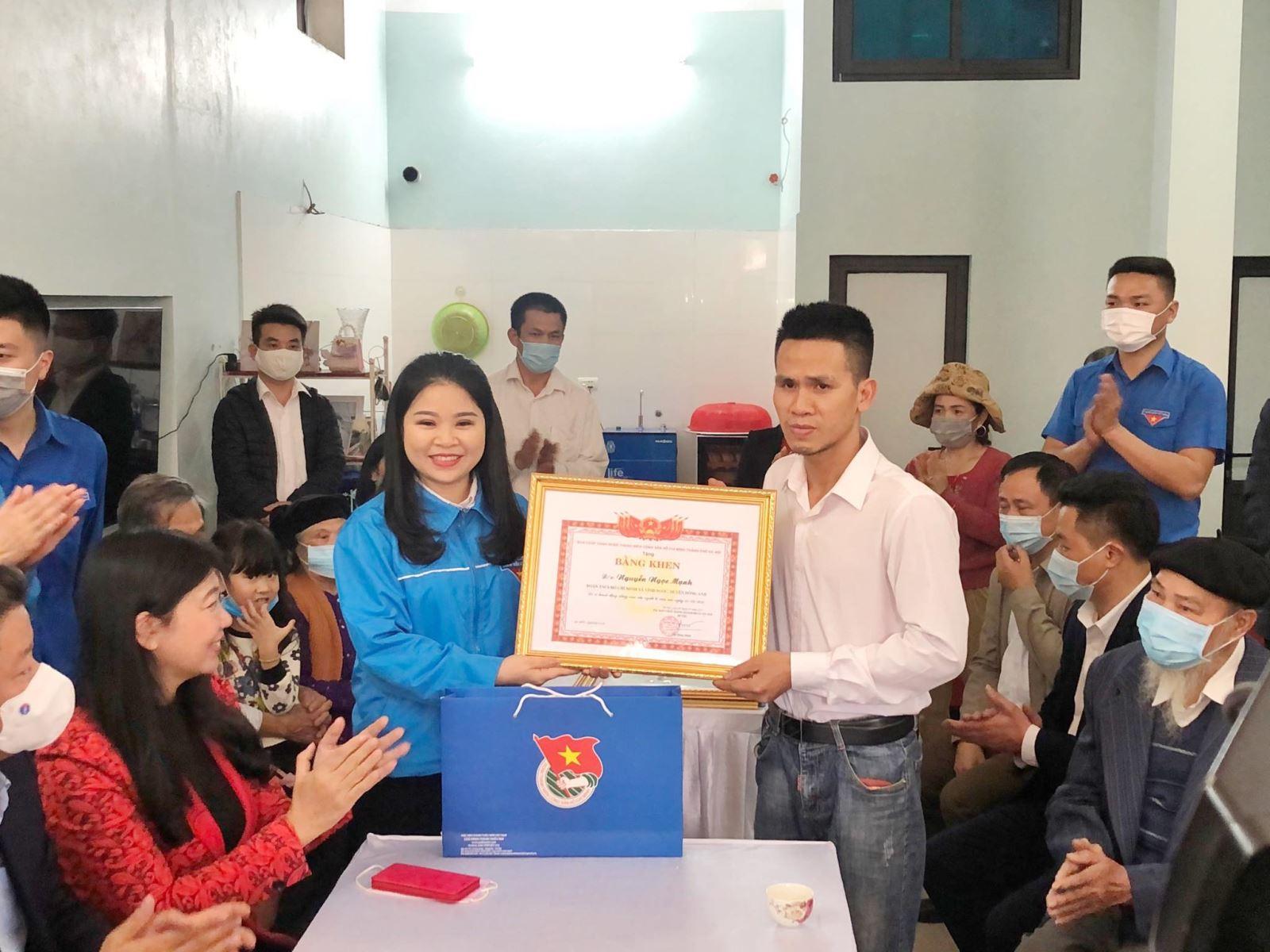 Trao tặng huy hiệu ''Tuổi trẻ dũng cảm'' cho người cứu bé gái rơi từ tầng 13