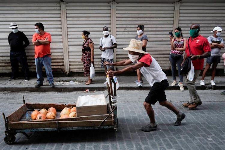 Ein Straßenverkäufer in Havanna im April 2020   Bildquelle: https://baotintuc.vn/the-gioi/cuba-thu-hut-19-ti-usd-dau-tu-nuoc-ngoai-bat-chap-lenh-trung-phat-cua-my-20201209101346536.htm © REUTERS/Alexandre Meneghini   Bilder sind in der Regel urheberrechtlich geschützt