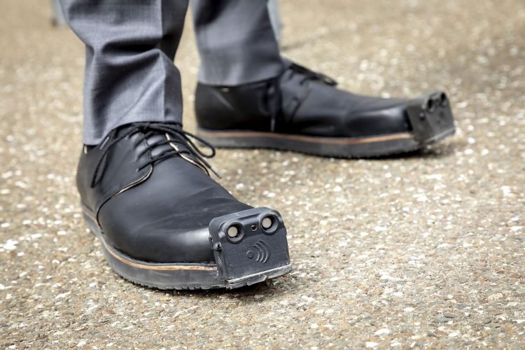 Giày tích hợp trí tuệ nhân tạo giúp người khiếm thị tránh chướng ngại vật