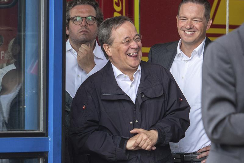 Quan chức Đức bị chỉ trích vì cười khi đến thăm vùng lũ