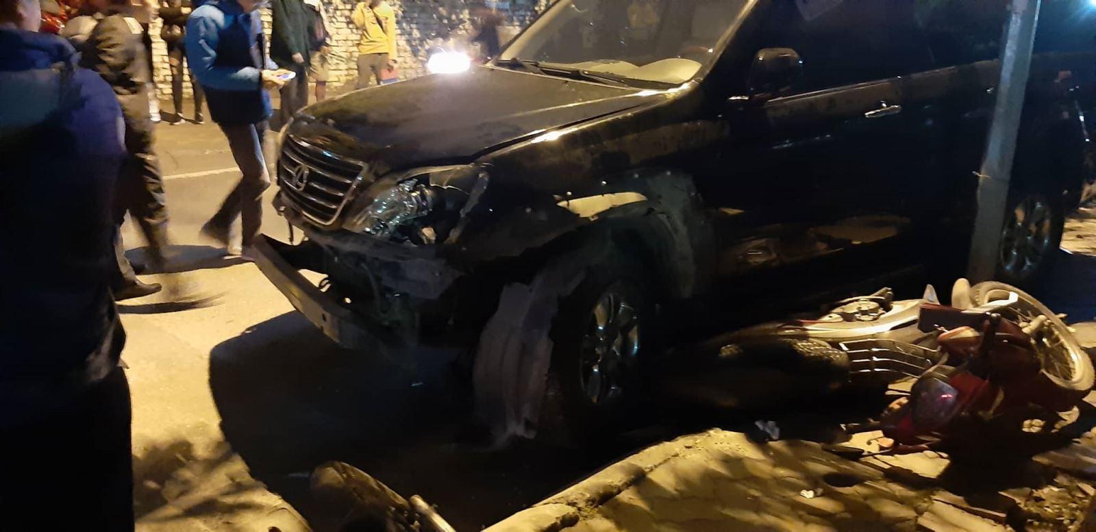 Chiếc Lexus gây tai nạn cuốn xe máy vào gầm xe