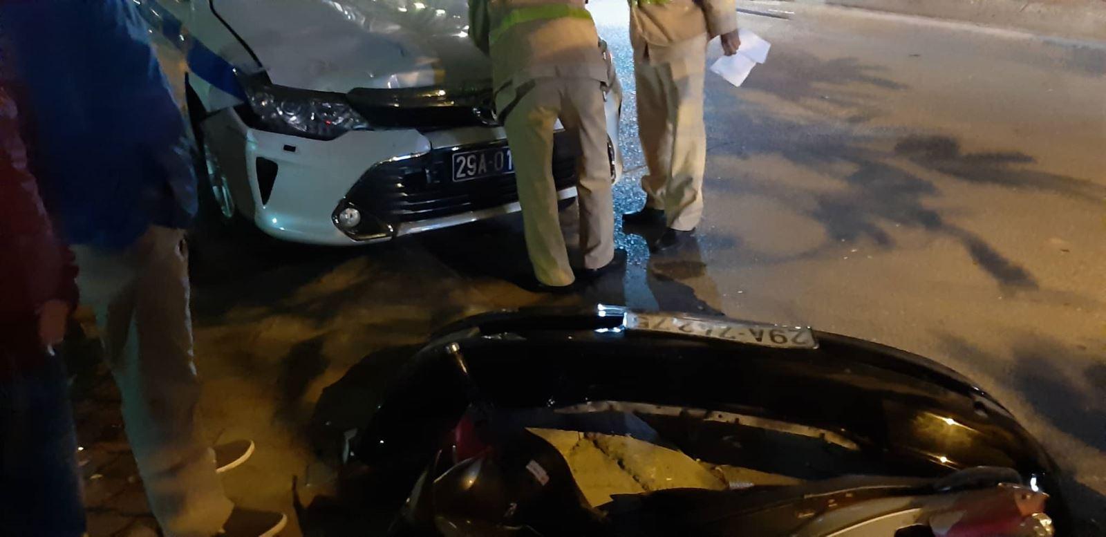 Xe CSGT tuần tra bị đâm