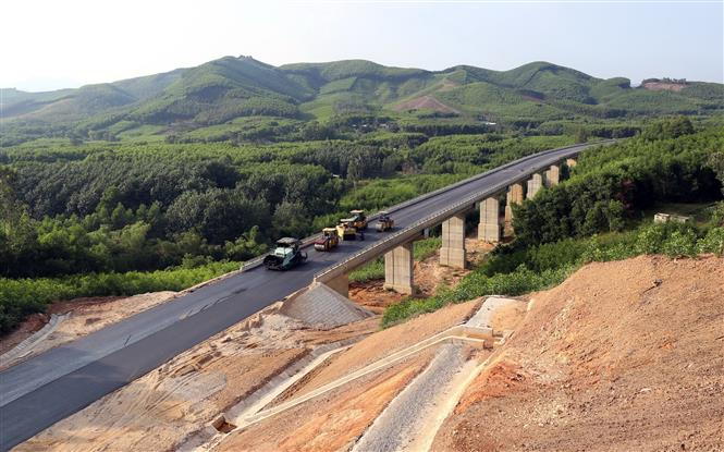 Cầu vượt La Hy trên tuyến dự án La Sơn - Túy Loan