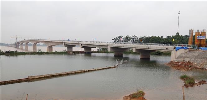 Cầu Việt Trì - Ba Vì bắc qua sông Hồng. Ảnh: Trung Kiên/TTXVN