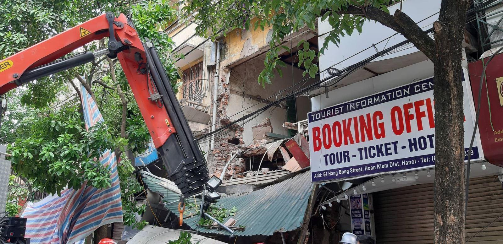 Nhà số 56 phố Hàng Bông bất ngờ đổ sập.