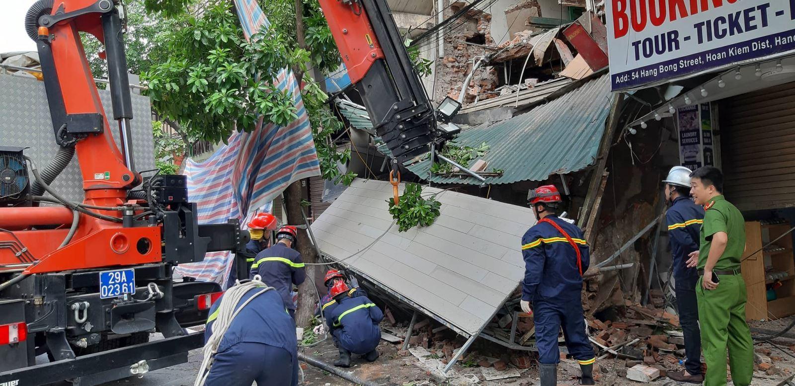 Lực lượng chức năng có mặt tại hiện trường ứng cứu.