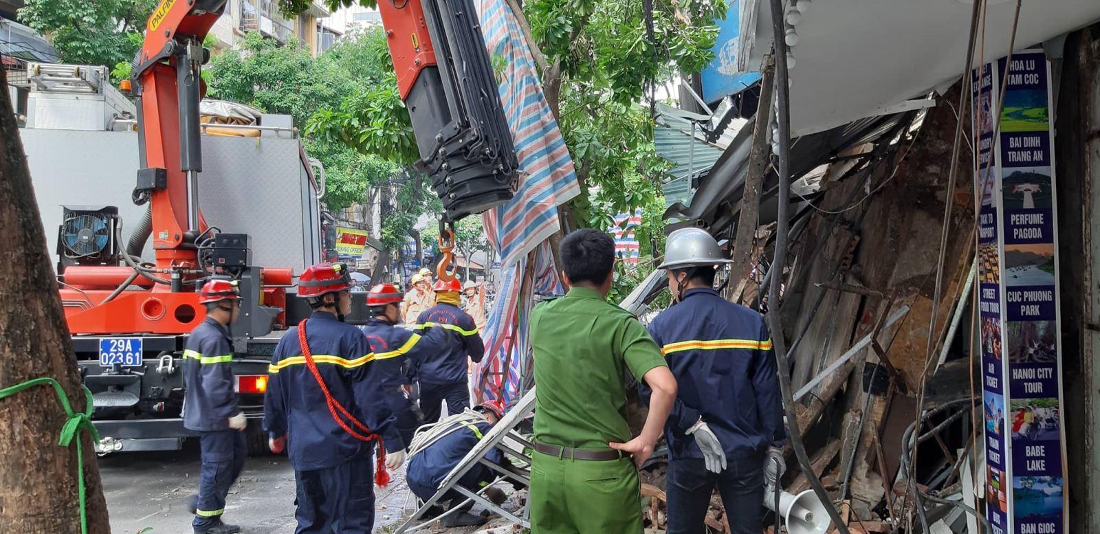 Xe cầu hỗ trợ tháo dỡ phần nhà bị đổ sập.
