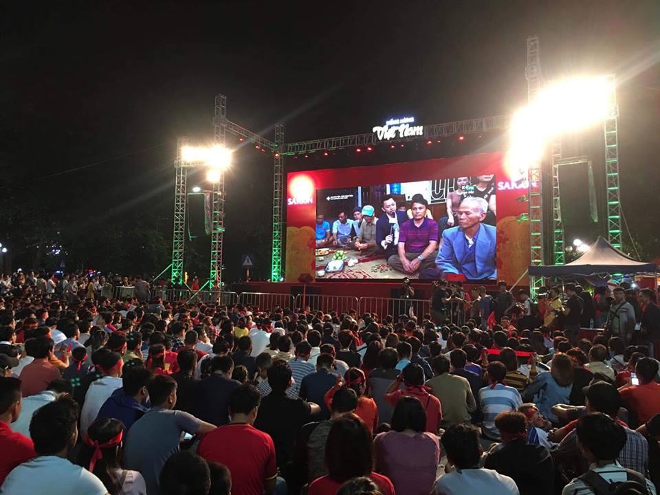 Người hâm mộ bóng đá Thủ đô đổ xô tới các điểm công cộng xem bóng đá