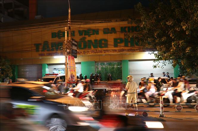 Hang tram canh sat bao vay nhom doi tuong khong che giam doc benh vien