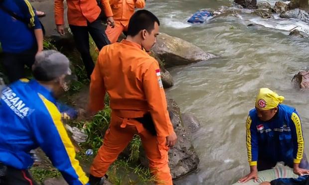 Cứu hộ, tìm kiếm n.ạn nh.ân vụ tai nạn xe buýt ở Nam Sumatra, sau khi một chiếc xe lao xuống khe núi. Ảnh: BASARNAS/AFP