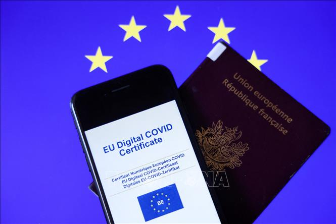 Chứng chỉ kỹ thuật số về COVID-19 và hộ chiếu. Ảnh: AFP/TTXVN