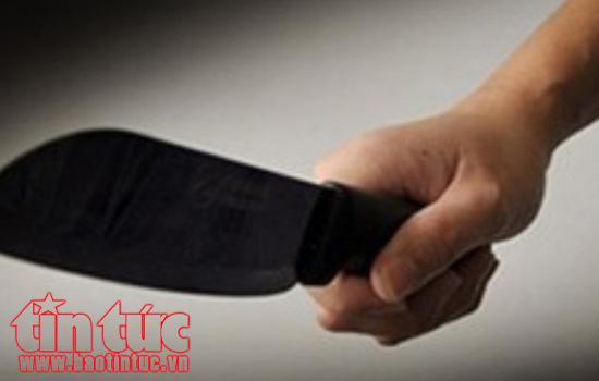Xông vào nhà, dùng dao và súng hoa cải làm trọng thương ba người