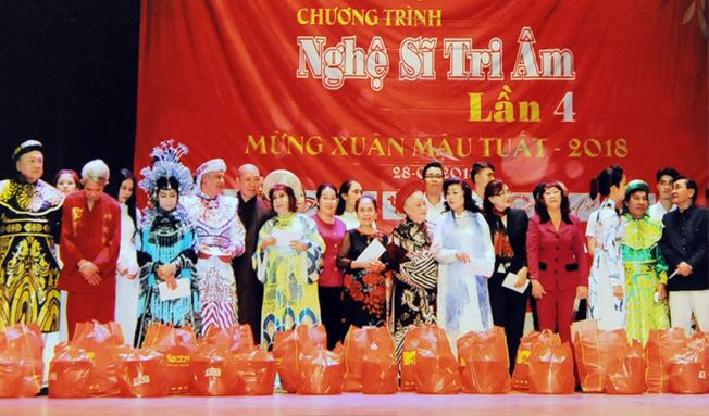 Nghệ sĩ Kim Cương trao quà cho các nghệ sĩ trong dịp xuân Mậu Tuấn 2018.