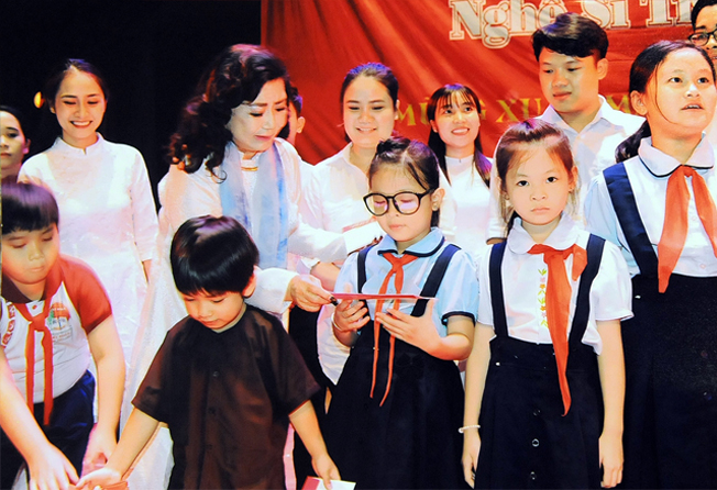 Nghệ sĩ Kim Cương trao học bổng cho các con em nghệ sĩ.