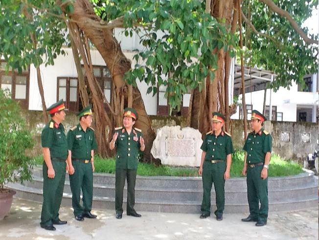Tướng Nguyễn Huy Hiệu cùng đồng đội thăm cây đa tại thị đội Quảng Trị