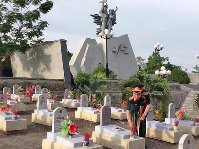 Tướng Nguyễn Huy Hiệu thắp hương tri ân đồng đội tại Quảng Trị.