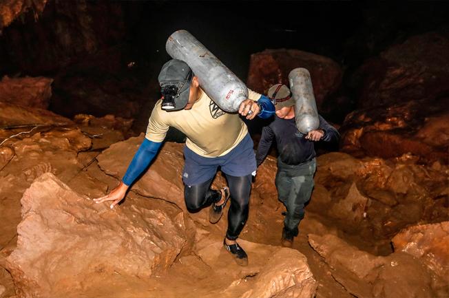 Lực lượng cứu hộ đưa bình dưỡng khí vào trong hang. Ảnh: AFP