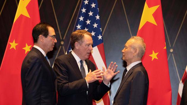 Đại diện Thương mại Mỹ (giữa) và Phó Thủ tướng Trung Quốc Lưu Hạc (phải) tại Thượng Hải ngày 31/7. Ảnh: AFP