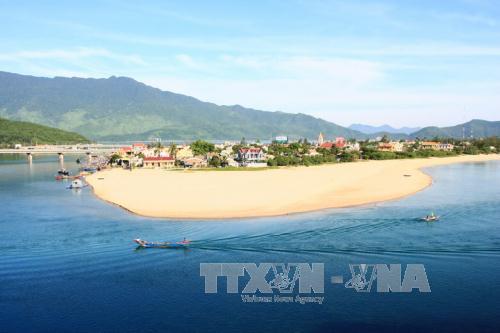 Lễ hội 'Lăng Cô - Vịnh đẹp thế giới' thu hút đông đảo khách du lịch