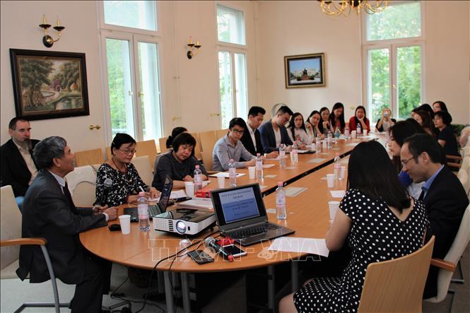 PGS-TS Nguyễn Chí Thuật (ngoài cùng bên trái), giảng viên tại trường Đại học Tổng hợp Adam Mickiewicz, Poznan thuyết trình tại buổi tọa đàm. (Ảnh: Anh Đức)