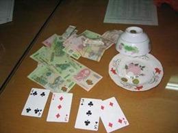 Bắt quả tang 16 đối tượng đang sát phạt nhau bằng đánh bài ăn tiền