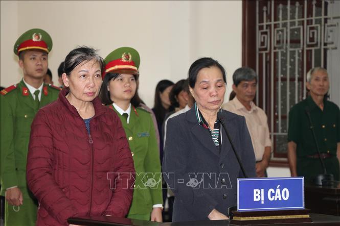 Bị cáo Nguyễn Thị Tăng và bị cáo Nguyễn Thị Minh Tâm nghe Hội đồng xét xử tuyên án.