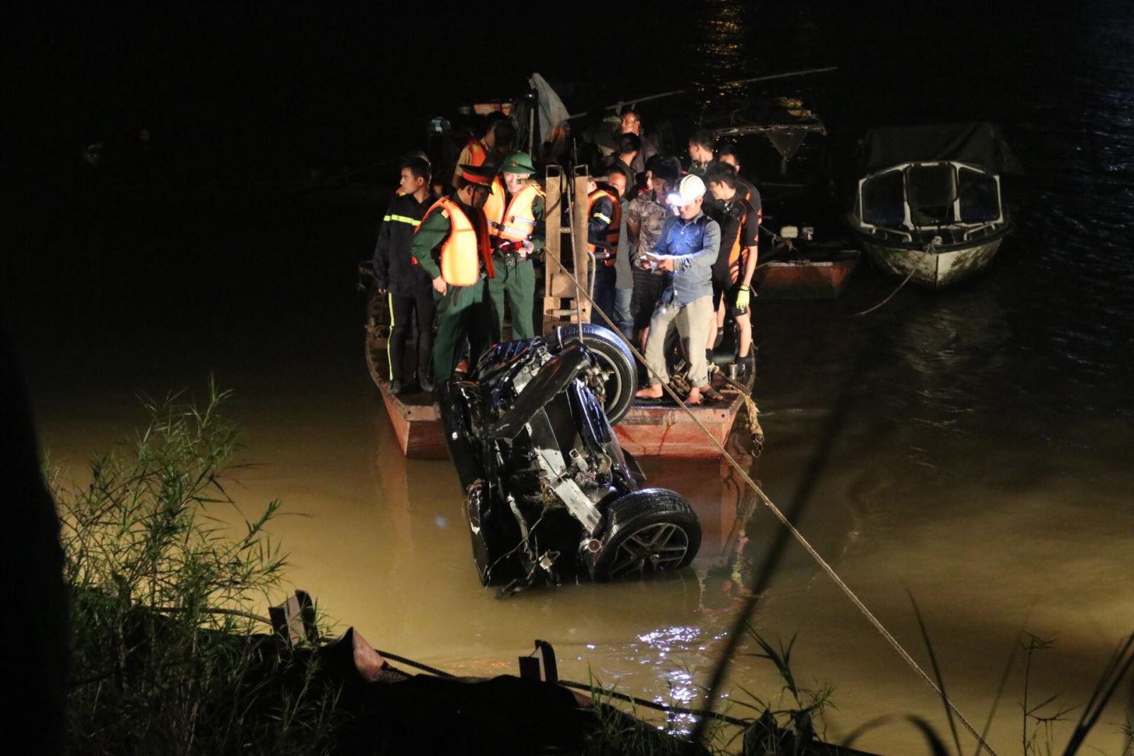 Toàn cảnh vụ xe Mercedes văng khỏi cầu Chương Dương