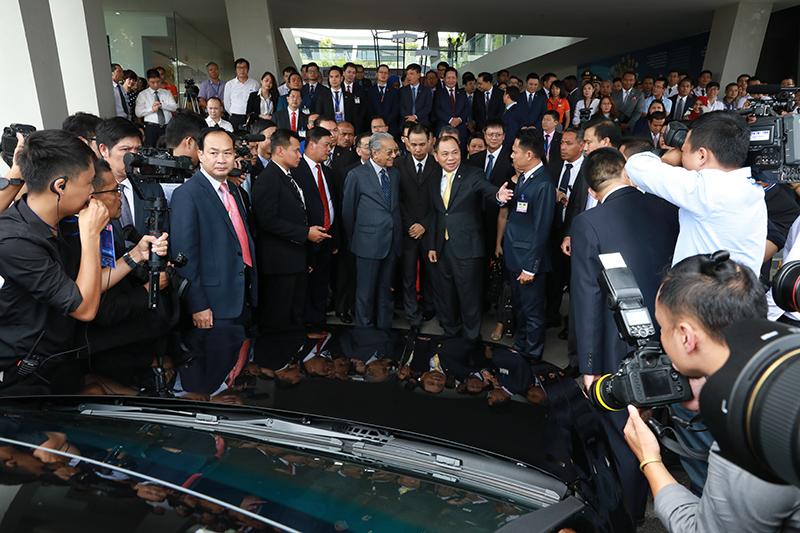 Thủ tướng Malaysia Mahathir Mohamad: 'Xe VinFast rất khỏe, thiết kế đẹp, êm như xe điện' - 2