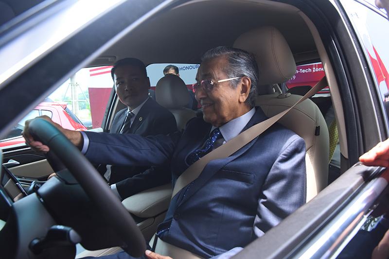 Thủ tướng Malaysia Mahathir Mohamad: 'Xe VinFast rất khỏe, thiết kế đẹp, êm như xe điện' - 4