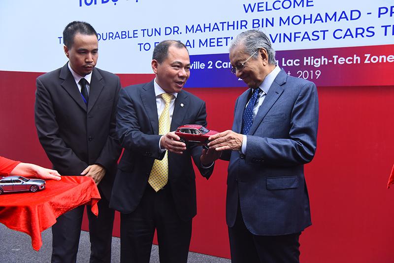 Thủ tướng Malaysia Mahathir Mohamad: 'Xe VinFast rất khỏe, thiết kế đẹp, êm như xe điện' - 6