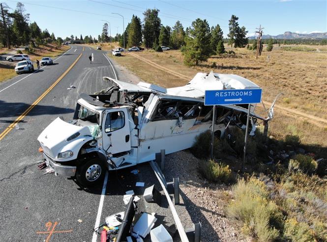 Xe chở khách du lịch mất lái bị lật, ít nhất 4 người thiệt mạng