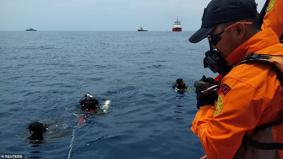 Thợ lặn cứu hộ làm nhiệm vụ tại hiện trường máy bay Lion Air rơi.