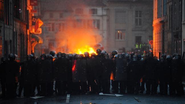 Vừa rung chuyển vì nổ lớn, Paris lại thành bãi chiến trường khi bạo loạn sang tuần thứ 9 - Ảnh 5.
