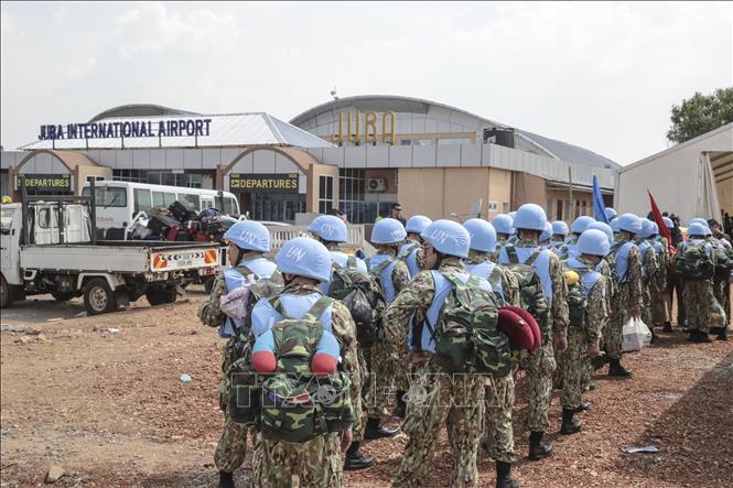 Các bác sĩ quân y Việt Nam lên ô tô, rời sân bay quốc tế Juba đến Bentiu, bắt đầu thực hiện nhiệm vụ gìn giữ hòa bình Liên hợp quốc tại Nam Sudan.