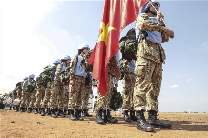 Các bác sĩ quân y Việt Nam xếp hàng tại sân bay quốc tế Juba, bắt đầu thực hiện nhiệm vụ gìn giữ hòa bình Liên hợp quốc tại Nam Sudan.