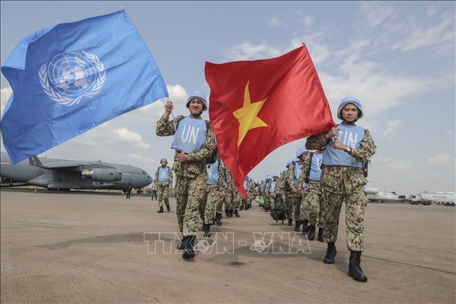 Các bác sĩ quân y Việt Nam giương cao hai lá cờ của Liên hợp quốc và Việt Nam tại sân bay quốc tế Juba, bắt đầu thực hiện nhiệm vụ gìn giữ hòa bình Liên hợp quốc tại Nam Sudan.
