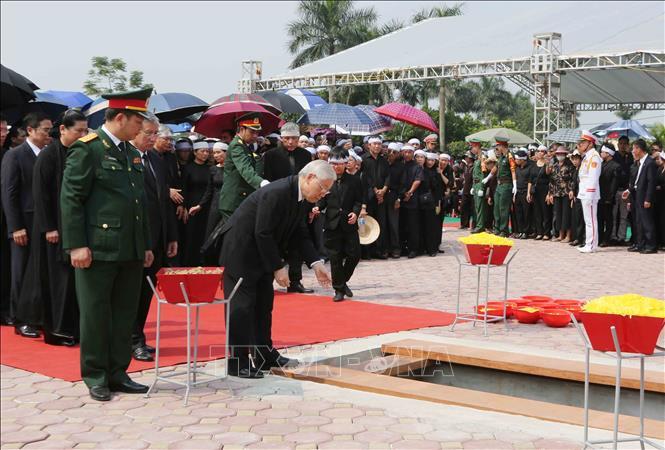 ổng Bí thư Nguyễn Phú Trọng và các lãnh đạo Đảng, Nhà nước thả nắm đất tiễn biệt cố Tổng Bí thư Đỗ Mười